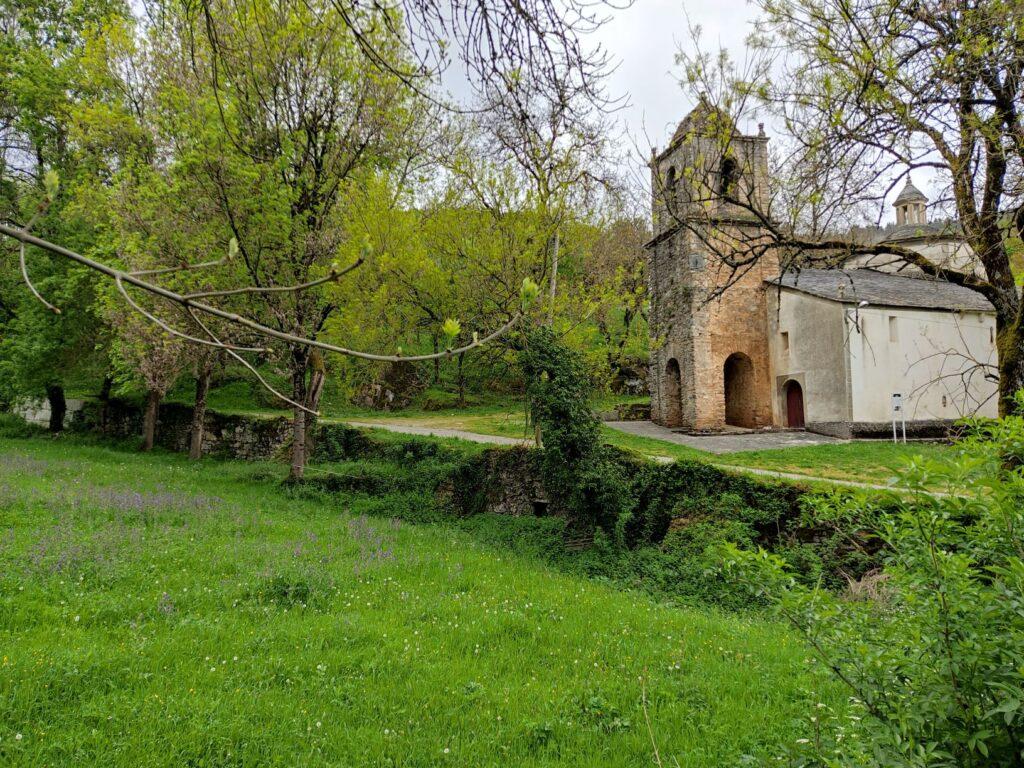 Iglesia de Cadoalla con el Camino en primer término