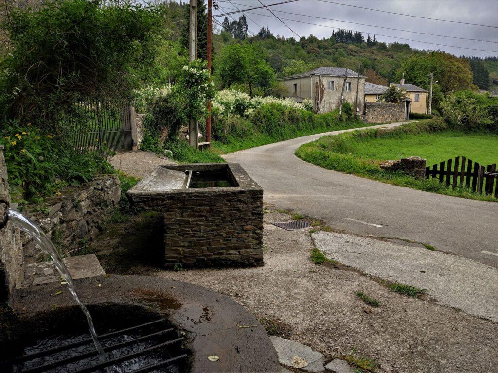 Fuente, lavadero y el Camino en Cadoalla
